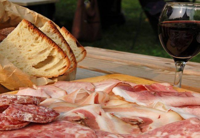 tagliere salumi einsaccati con pane e vino