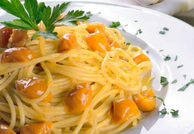 Pasta con acciughe e pomodorini gialli del Vesuvio